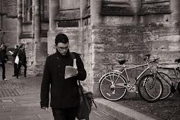 Baca Buku Sambil Berjalan, Berani Mencoba?
