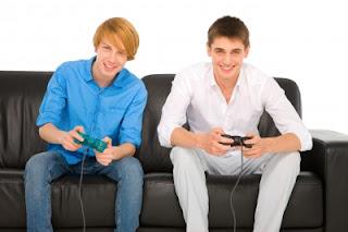 dois-rapazes-jogando-videogame