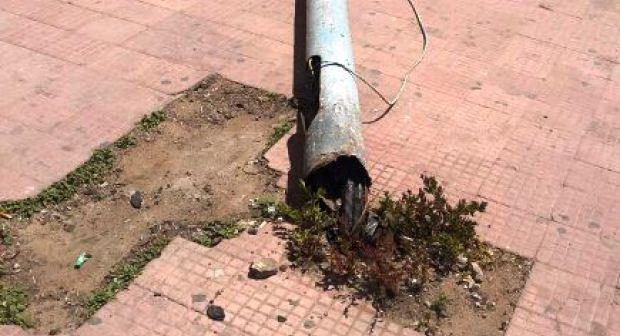 الرياح القوية تتسبب في سقوط عمود كهربائي بأكادير. (+صورة)