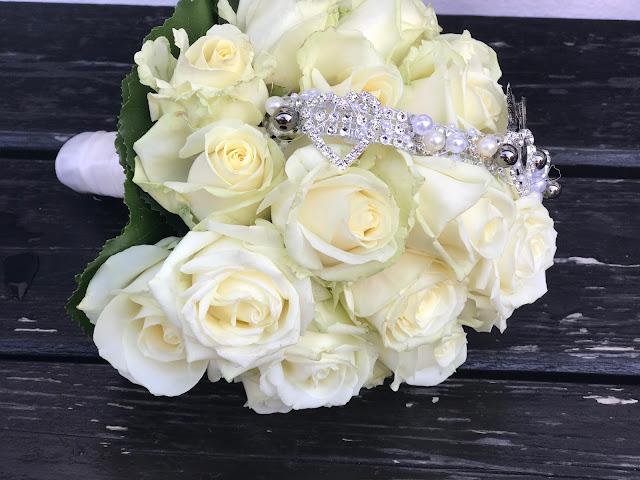 Brautstrauß mit weißen Rosen und Broschenband, Hochzeit zu Dritt, kleine Familienhochzeit, Riessersee Hotel Garmisch-Partenkirchen, Bayern, freie Trauung