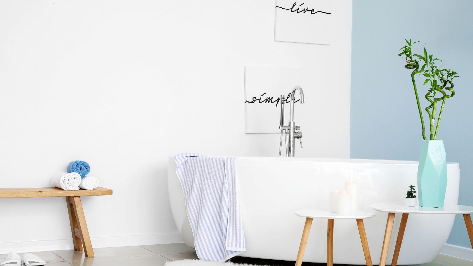 dekoracje w białej łazience