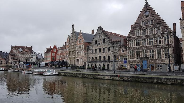 聖米歇爾斯橋 (Sint-Michielsbrug) 附近的河岸景色
