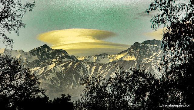 Picos nevados em Santiago do Chile
