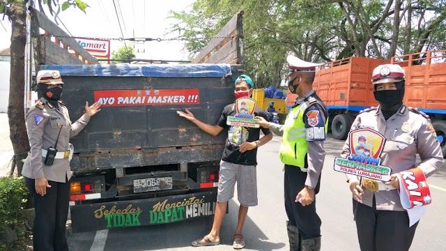 Satlantas Polres Lumajang Stiker 'Ayo Pakai Masker' di Kendaraan
