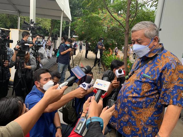 """Presiden Jokowi Sampaikan Alasan Awak Media Diberi Vaksin Covid-19    JAKARTA, Infokepri.com  - Presiden RI Joko Widodo hadir dalam pelaksanaan vaksinasi Covid-19 bagi 5.512 insan pers di Hall A Basket Gelora Bung Karno, Senayan, Jakarta Pusat, pada hari pertama, Kamis 25 Februari 2021.   Dari jumlah penerima vaksin tersebut, 512 diantaranya adalah peserta yang mendaftar saat Hari Pers Nasional (HPN) 2021.   Joko Widodo menyampaikan alasan mengapa insan pers mendapat prioritas dalam vaksinasi Covid-19.   """"Sesuai dengan yang saya sampaikan pada saat HPN bahwa kita ingin mendahulukan insan pers untuk divaksinasi dan alhamdulillah pagi ini dimulai untuk 5.512 awak media yang prosesnya  tadi saya lihat berjalan lancar dan baik,"""" kata Joko Widodo yang terkenal dengan panggilan """"Pak Jokowi"""".   Vaksinasi tersebut diharapkan oleh Jokowi bisa melindungi awak media di lapangan. """"Wartawan sering berinteraksi dengan publik, dengan nara sumber,"""" kata demikian Jokowi memberi alasan.   Jokowi berharap proses vaksinasi massal bagi insan pers yang berlangung hingga 27 Februari 2021 di Jakarta ini bisa dilakukan di provinsi-provinsi lain, sehingga seluruh awak media,  segera mendapat vaksin.   Presiden melihat insan pers sebagai salah satu yang melakukan pelayanan publik. Karena itu dimasukkan dalam program vaksinasi tahap kedua yang digulirkan pemerintah.   Dalam pelaksanaan hari pertama vaksinasi selain dihadiri presiden, tampak hadir mendampingi Jokowi, antara lain Menteri Kesehatan RI Budi Gunadi Sadikin, Menteri Informasi dan Informatika RI Johnny G.Plate, Ketua Dewan Pers Mohammad Nuh, dan Ketua Umum Persatuan Wartawan Indonesia (PWI) Pusat yang juga penanggung jawab Hari Pers Nasional 2021 Atal S.Depari.   Mohammad Nuh kepada wartawan mengatakan, vaksinasi Covid-19 bagi insan pers adalah bagian dari tugas Dewan Pers yaitu melindungi pers dari tekanan dan ancaman dari luar ketika menjalankan tugas jurnalistik, selain ancaman dari penyakit, dari dalam tumbuh.   Karena itu wartaw"""