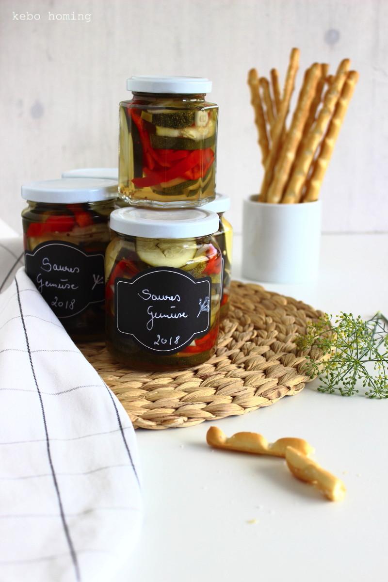 Zucchini Paprika Zwiebel sauer in Marinade einwecken, einlegen, einmachen, konservieren, haltbar machen, Sommer im Glas, Rezept auf dem Südtiroler Food- und Lifestyleblog kebo homing, foodstyling & photography