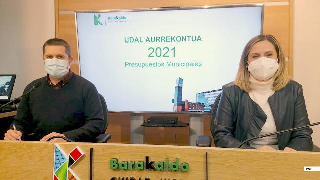 La alcaldesa, Amaia del Campo (PNV), con el concejal de Hacienda, Danel Sola (PNV)