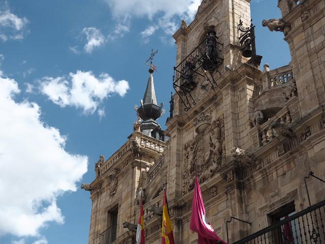 Detalle de la fachada del ayuntamiento de Astorga