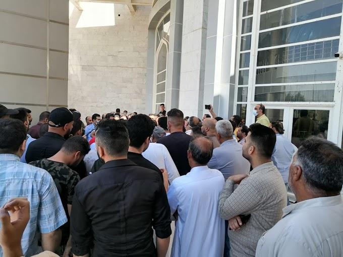 في سابقة هي الاولى.. موظفو بلدية النجف يغلقون مبنى الدائرة احتجاجا على الفساد