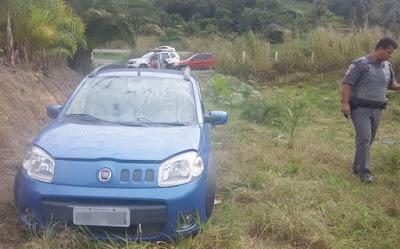 POLÍCIA MILITAR DE REGISTRO-SP LOCALIZA AUTOMÓVEL ROUBADO ABANDONADO NA ÁREA RURAL