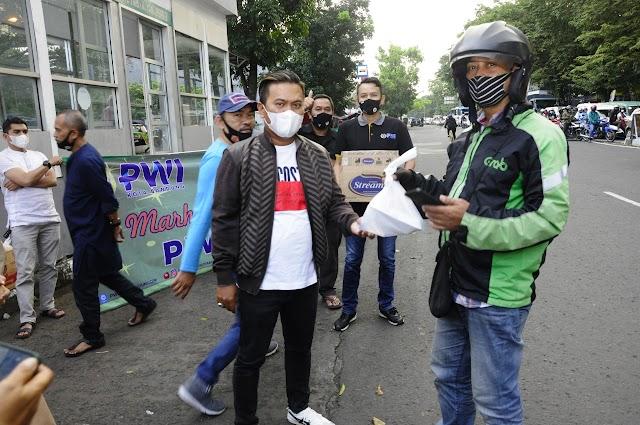 Ramadhan Berbagi Kasih,  PWI Kota Bandung Bagikan Nasi Kotak Bagi Masyarakat