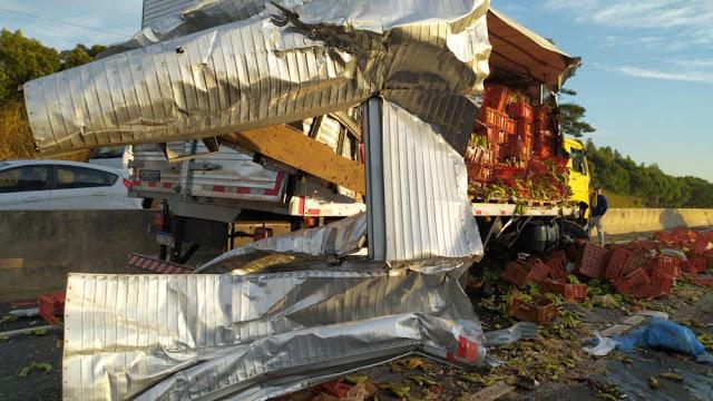 Carga de banana fica espalhada na SP-425 após acidente envolvendo dois caminhões
