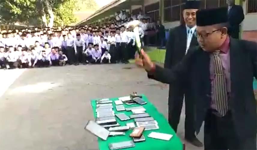 HP siswa dihancurkan