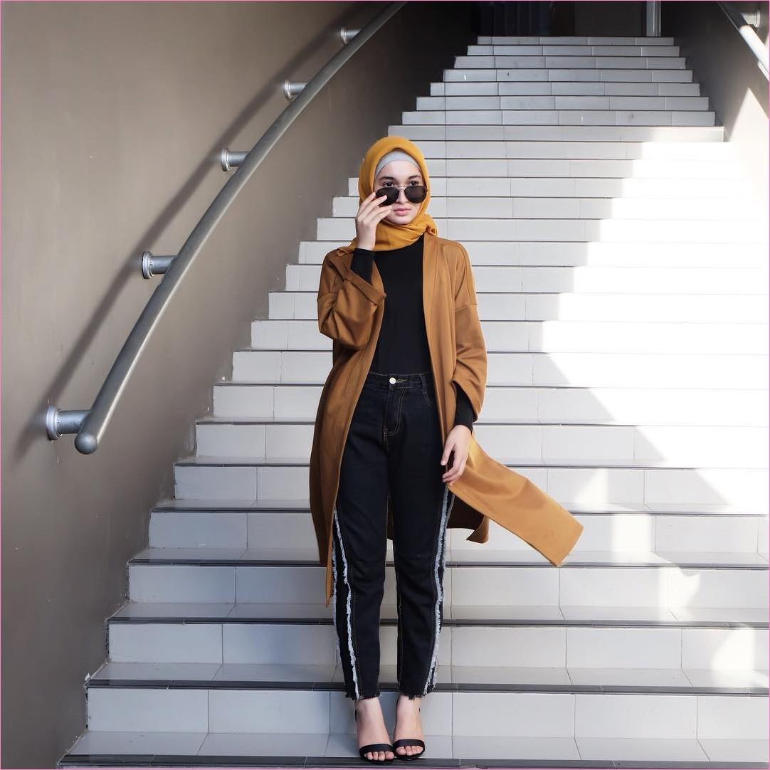 Outfit Baju Hijab Casual Untuk Kuliah Ala Selebgram 2018 kerudung segiempat square hijab polos kuning emas ciput abu mangset high heels wedges jeans celana training bahan hitam stripe putih cardigan coklat kacamata bulat gaya casual kain sutra katun rayon ootd 2018 outfit tangga