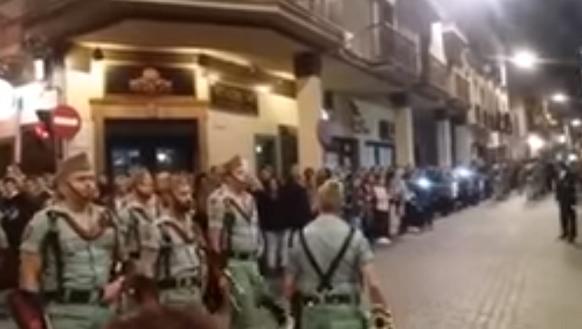 Graban a un legionario ebrio en la semana santa de Antequera (Málaga)