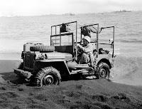 Jeep de  equipo medico intentando acceder a la playa