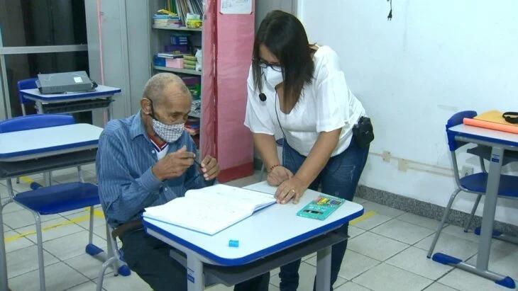 Abuelito de 102 años regresó a la escuela para terminar sus estudios de primaria; un ejemplo a seguir
