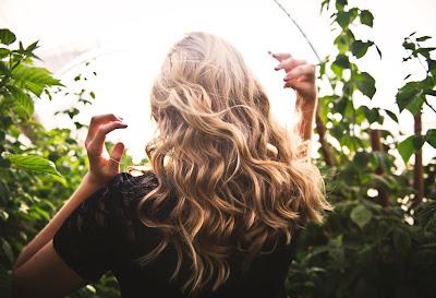 Φυσικοί τρόποι για να ανοίξεις το χρώμα των μαλλιών σου