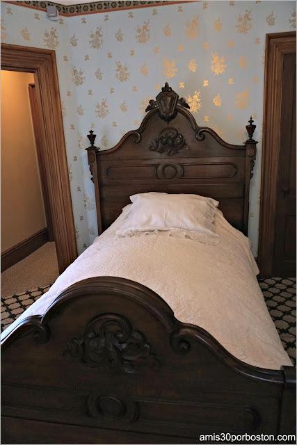 Cama del Dormitorio de la Casa Museo de Harriet Beecher Stowe en Hartford, Connecticut