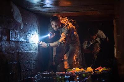 Chris Hemsworth (Tyler Rake) y Rudhraksh Jaiswal (Ovi Mahajan Jr)