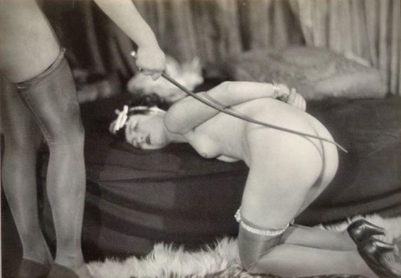 Jacques Biederer scena erotyczna pani z wypiętą pupą jest smagana pejczykiem