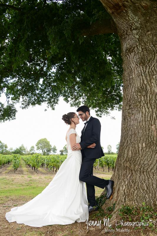 photos de couple portraits mariés Jardin Cléray Vallet, portrait sous le chêne; mariés qui se regardent amoureusement