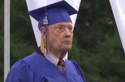 Jack Hetzel, un veteran de 99 de ani al doilea război mondial, și-a atins recent visul de a obține diploma de liceu. | Captură de ecran: KETK - imagine preluată din christianpost.com