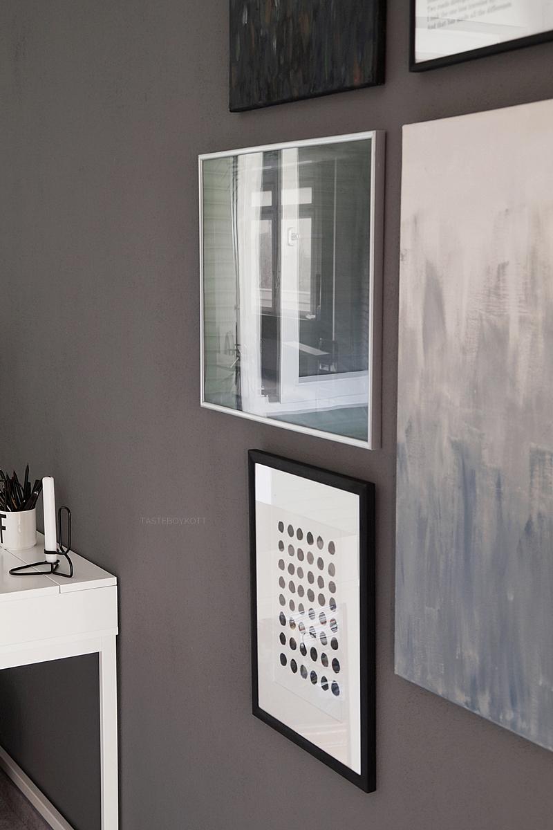 Skandinavisch eingerichtetes Jugendzimmer mit Bilderwand in Grautönen - Meine besten Tipps für eine gelungene Bilderwand | Tasteboykott Blog