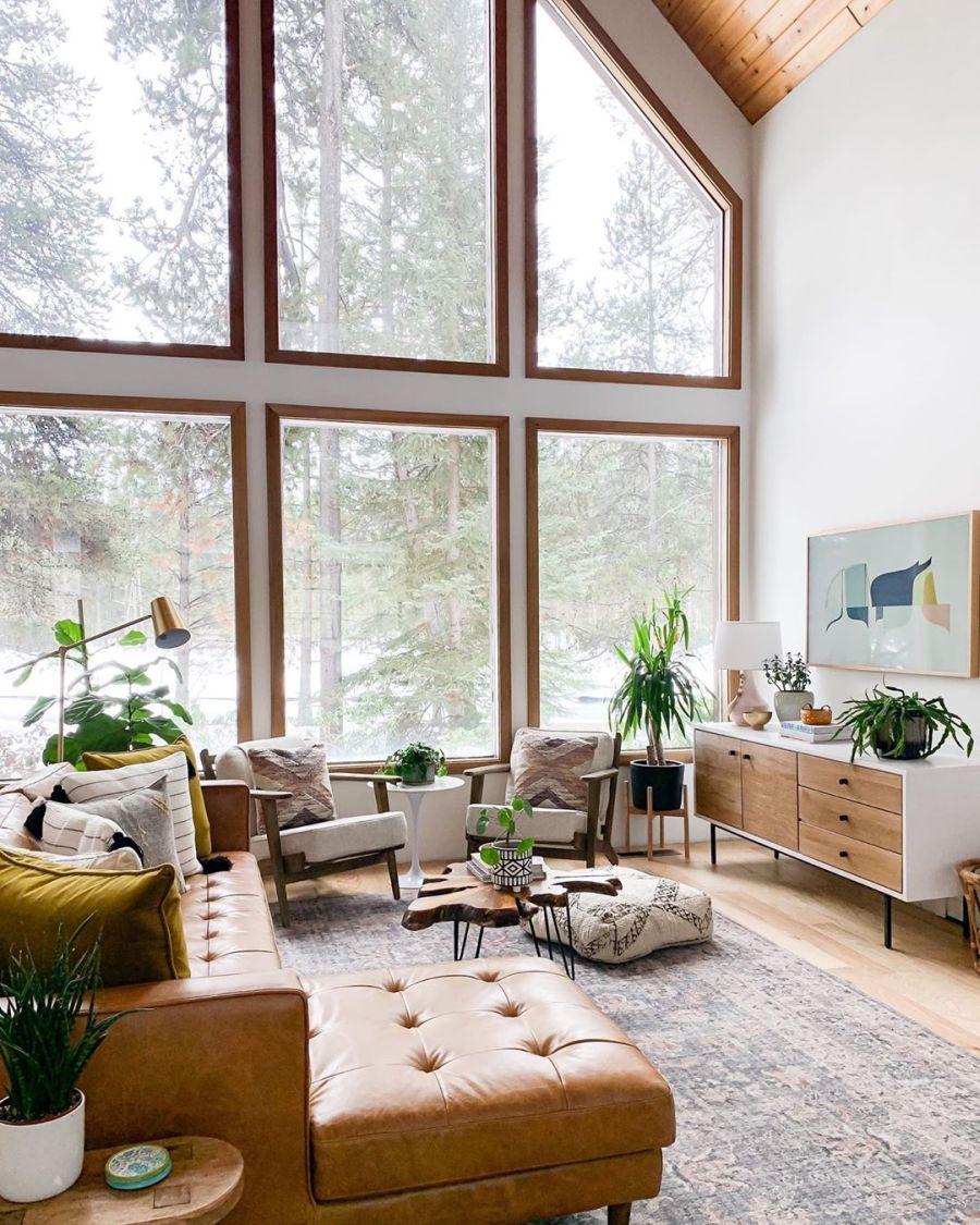 Dom wypełniony światłem, wystrój wnętrz, wnętrza, urządzanie domu, dekoracje wnętrz, aranżacja wnętrz, inspiracje wnętrz,interior design , dom i wnętrze, aranżacja mieszkania, modne wnętrza, home decor, styl klasyczny classy style, styl Hamptons, open space, otwarta przestrzeń, otwarty plan, salon, pokój dzienny, living room, duże okna, big windows, narożnik, kanapa, sofa, dywan, drewniany stolik kawowy,komoda, fotel