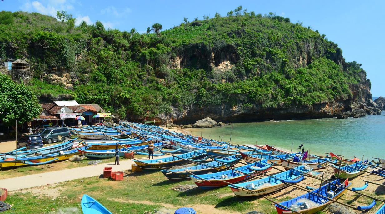 Pantai Ngrenehan perahu tempat mancing di wisata pantai ombak