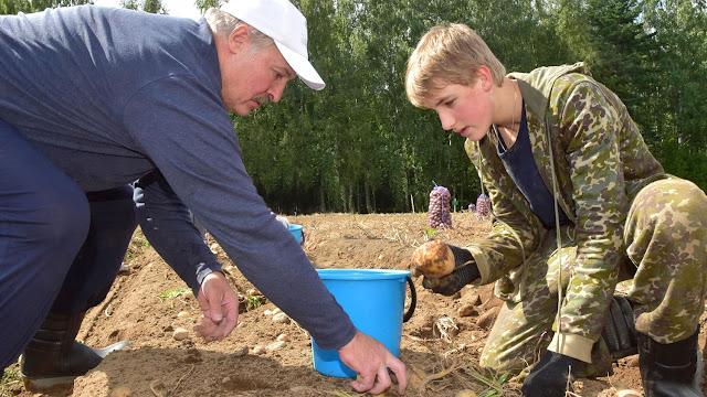 Щедрый дар Лукашенко ОМОНовцам за верный труд – картофеля мешок со своего огорода