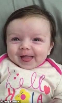 """Bayi Perempuan Usia 10 Minggu Mengatakan """"Halo"""" Kepada Orangtuanya"""