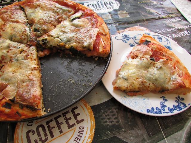 pizza z boczkiem, serem i szpinakiem
