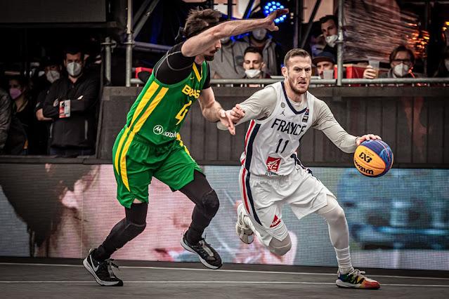 Antoine Eito disputa bola com Jefferson Socas nas quartas de final do Pré-Olímpico de basquete 3x3