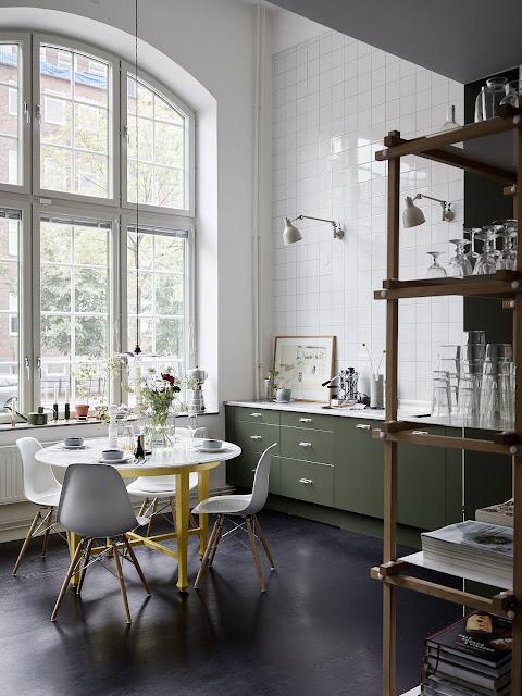 Camera copilului și al doilea living la mezanin într-un apartament din Suedia