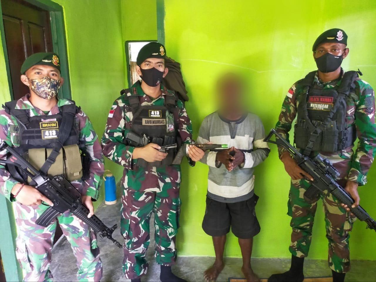 Satgas Yonif MR 413 Kostrad Terima Penyerahan 2 Pucuk Senjata Rakitan