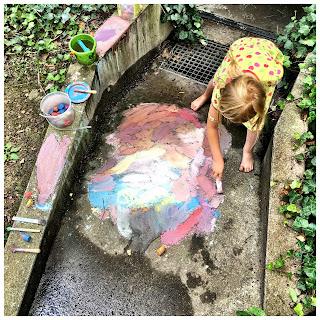 barfuß Spielen auf dem Hof mit Kreide und Schlamm