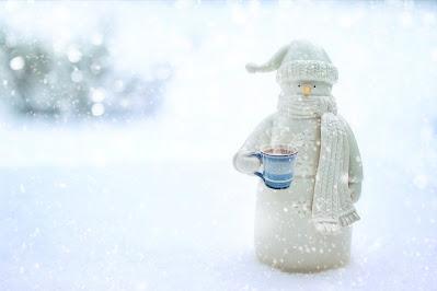 رجل ثلجي يشرب القهوة الساخنة