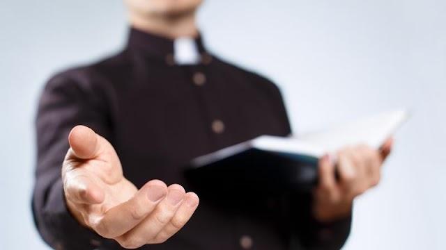 Milliókkal húzta le a gyanútlan atyát a dorogi kamu pap