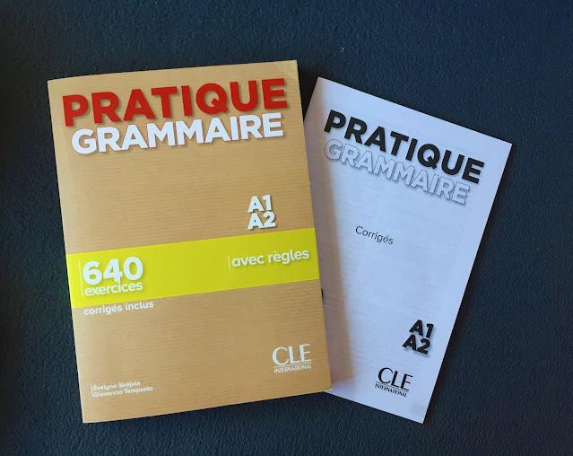 """Recenzje #161 - """"Pratique grammaire"""" + KOD RABATOWY - okładka książki - Francuski przy kawie"""