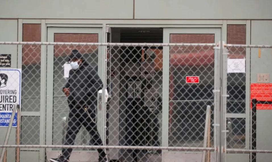 ΝΟΜΟ αποτελεί πλέον η μεταφορά πολιτών που θεωρούνται «υγειονομική απειλή» σε «κρατικές εγκαταστάσεις»