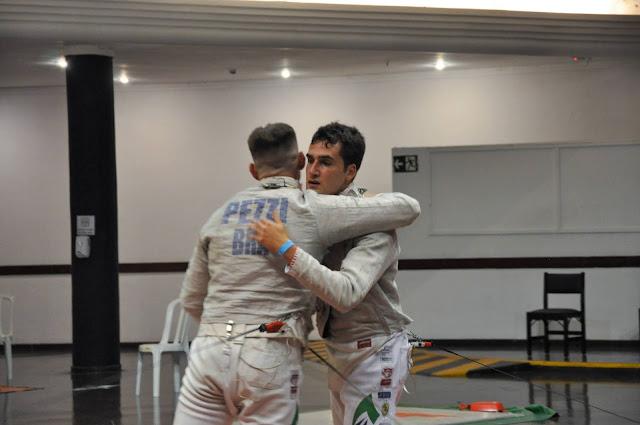 Bruno Pekelman Enrico Pezzi do Pinheiros se abraçam
