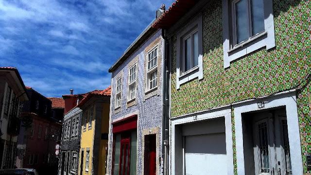 casas coloridas em ruela da Foz Velha