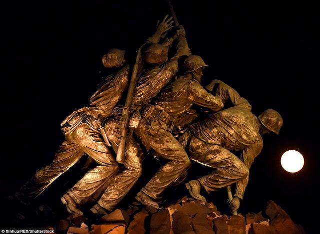 Siêu Mặt Trăng tháng 10 vừa qua được chụp tại Washington D.C., Hoa Kỳ. Tiền cảnh là bức tượng sáu người lính Thủy quân lục chiến cắm cờ trên đỉnh núi Suribachi năm 1945. Hình ảnh: Xinhua.