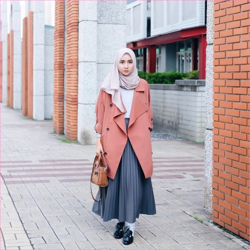 Outfit Rok Untuk Hijabers Ala Selebgram 2018 loafers and slip ons hitam hijab pashmina diamond krem muda t-shirt putih blazer cardigan oren tua handbags coklat tua broomstick skirt abu sedang legging kaos kaki abu ootd trendy
