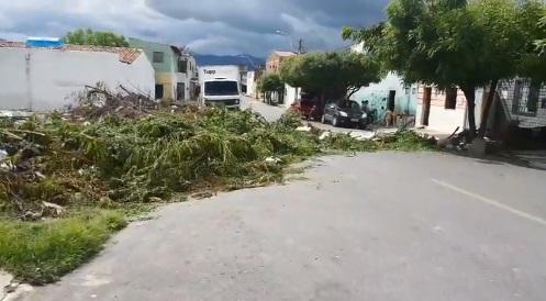População se revolta e interdita rua no Bairro Sinhá Saboia