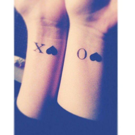 tatuaje del simbolo XOXO , una idea original para tatuajes de amigas