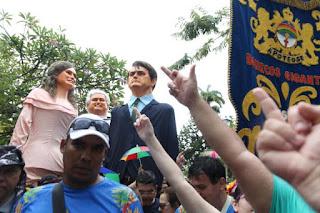 Bonecos gigantes de Jair Bolsonaro e Michelle são hostilizados em Olinda