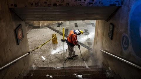 Vízzel csapatták le a vírust az éjjel az Astoria metróaluljáróban