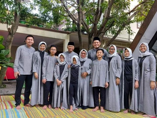 Dahlan Iskan bersama keluarga besar saat Idul Fitri